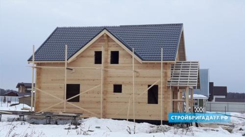 Деревянный дом с крышей из металлочерепицы